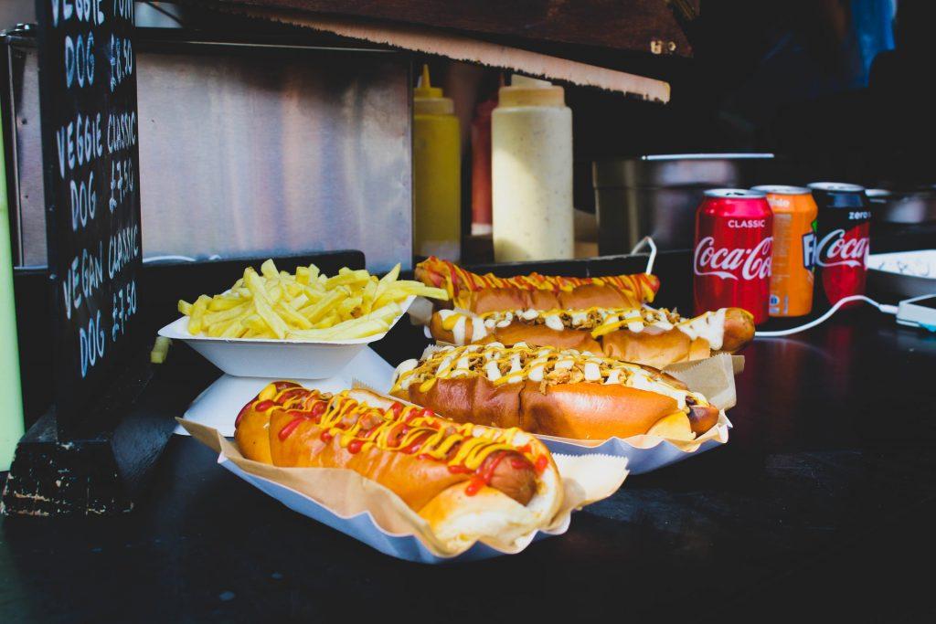 hot dog avec de la moutarde